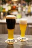 Glassed di birra scura e di lager fotografie stock libere da diritti