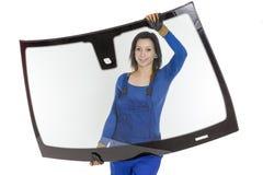Glasser mit der Windschutzscheibe und weißen Hintergrund des Windfanges oder Stockfotografie
