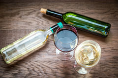 Glasses and bottles with red and white wine Royalty Free Stock Photos