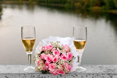 glasses of champagne and a bouquet of flowers Royalty Free Stock Photos