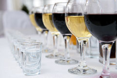 Glasses of red and white vine Royalty Free Stock Images