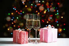 Glasses of wine and christmas gifts Royalty Free Stock Photos