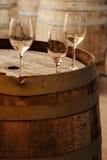 Glassess do vinho em um tambor de vinho velho Fotografia de Stock