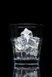 Glassful dla whisky z kostkami lodu odizolowywać na czarnym tle zdjęcia stock