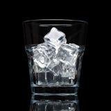 Glassful dla whisky z kostkami lodu odizolowywać na czarnym tle fotografia stock