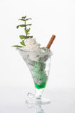 Glassglasscoupe med garnering Royaltyfri Foto