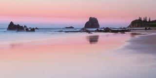 Glasshouse skał plaża przy zmierzchem Zdjęcia Royalty Free
