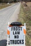 Glassi il segno di legge per nessun camion su una strada campestre immagini stock libere da diritti