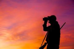步枪猎人Glassing在日出 图库摄影