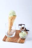 Glasskottar för grönt te i klara exponeringsglas Royaltyfri Fotografi