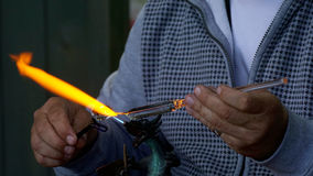 Glassmaker демонстрируя его искусства Стоковое Изображение