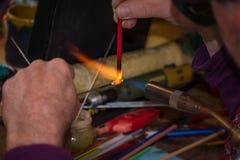 Glassmaker kształtuje szkło w ludową postać zdjęcia stock