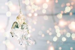 Glasspielzeug Weihnachtsengel auf einem golgen bokeh Hintergrund Stockbild