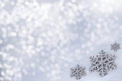 Glasspielzeugschneeflocke auf Schneehintergrund Lizenzfreies Stockfoto