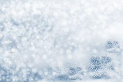 Glasspielzeugschneeflocke auf Schneehintergrund Lizenzfreie Stockfotos