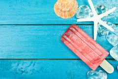 Glasspinnar med is och stjärnan fiskar på träbakgrund arkivfoto