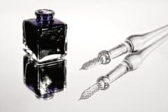 Glasspule und ein Inkpot Lizenzfreies Stockbild