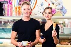 Glasssäljare och uppassare som arbetar i kafé royaltyfri bild