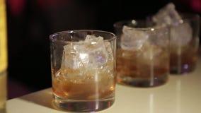 Glasss av whisky med is stock video