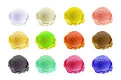 Glassskopauppsättning av olika färger och anstrykningar med bär-, mutter- och fruktgarnering som isoleras på den vita bakgrundsve Arkivfoto