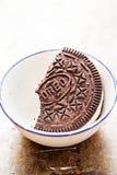 Glasssmörgås Oreo - choklad kryddade smörgåskex som fylls med vanilj, kryddar glass med det krossade kexet fotografering för bildbyråer