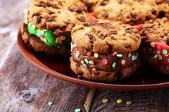 Glasssmörgåsar med jordgubben och choklad Choklad Chip Cookie Ice Cream Sandwich arkivfoton