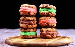 Glasssmörgåsar med jordgubben och choklad Choklad Chip Cookie Ice Cream Sandwich royaltyfria bilder