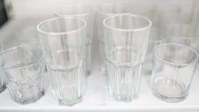 Glasstemware von verschiedenen Größen im Markt lizenzfreie stockbilder