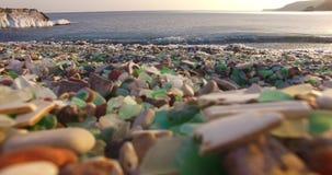 Glasstrand van Vladivostok met mooi gekleurd glas stock videobeelden