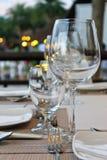 Glassware na plenerowym stole Obraz Stock
