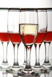Glasswine met rode wijn op spiegellijst Stock Fotografie