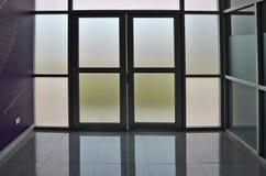 Glastür und Wand des Gebäudes Stockfotos