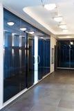 Glastüren im neuen Büro Stockbild