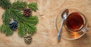 Glastasse tee auf einer alten rustikalen Tabelle mit Kiefernniederlassung Neuer Yea Stockfotografie