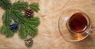 Glastasse tee auf einer alten rustikalen Tabelle mit Kiefernniederlassung Neuer Yea Lizenzfreie Stockbilder