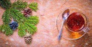 Glastasse tee auf einer alten rustikalen Tabelle mit Kiefernniederlassung Neuer Yea Lizenzfreie Stockfotos
