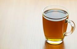 Glastasse tee auf einer hölzernen Tabelle Stockfoto