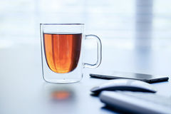 Glastasse tee auf einer Tabelle stockfotos
