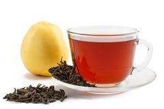 Glastasse tee auf Untertasse mit trockenen Blättern des grünen Tees und des appl Stockfoto