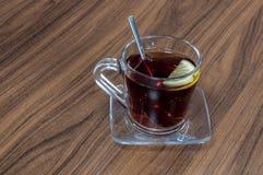Glastasse tee diente mit Scheibe der Zitrone auf hölzernem Hintergrund Lizenzfreies Stockfoto