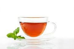 Glastasse tee mit einer Untertasse stockbild