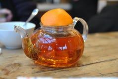 Glasteekanne mit Fruchttee auf einem Holztisch Stockfoto