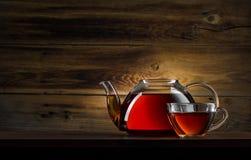 Glasteekanne mit schwarzem Tee Lizenzfreies Stockfoto