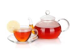 Glasteekanne und Cup schwarzer Tee mit Zitronenscheibe Stockbild
