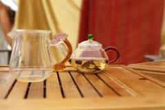 Glasteekannen mit grünem Tee Lizenzfreies Stockfoto