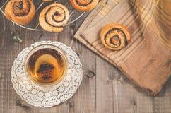 glasthee en broodje met papaver op een rooster voor baksel/ontbijt met glasthee en broodje met papaver op een rooster voor baksel royalty-vrije stock afbeeldingen