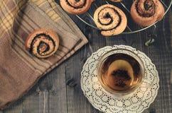 glasthee en broodje met papaver op een rooster voor baksel/ontbijt met glasthee en broodje met papaver op een rooster voor baksel royalty-vrije stock afbeelding
