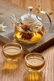 Glastheepot en twee koppen met groene thee Royalty-vrije Stock Afbeeldingen