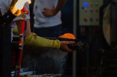 Glastillverkningar glass tillverkning, process av att bilda ett dekorativt royaltyfria bilder