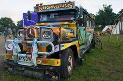 Glastonbury festival, 06/26 2015 En färgglad filippin Jeepney på den Glastonbury festivalen royaltyfria bilder